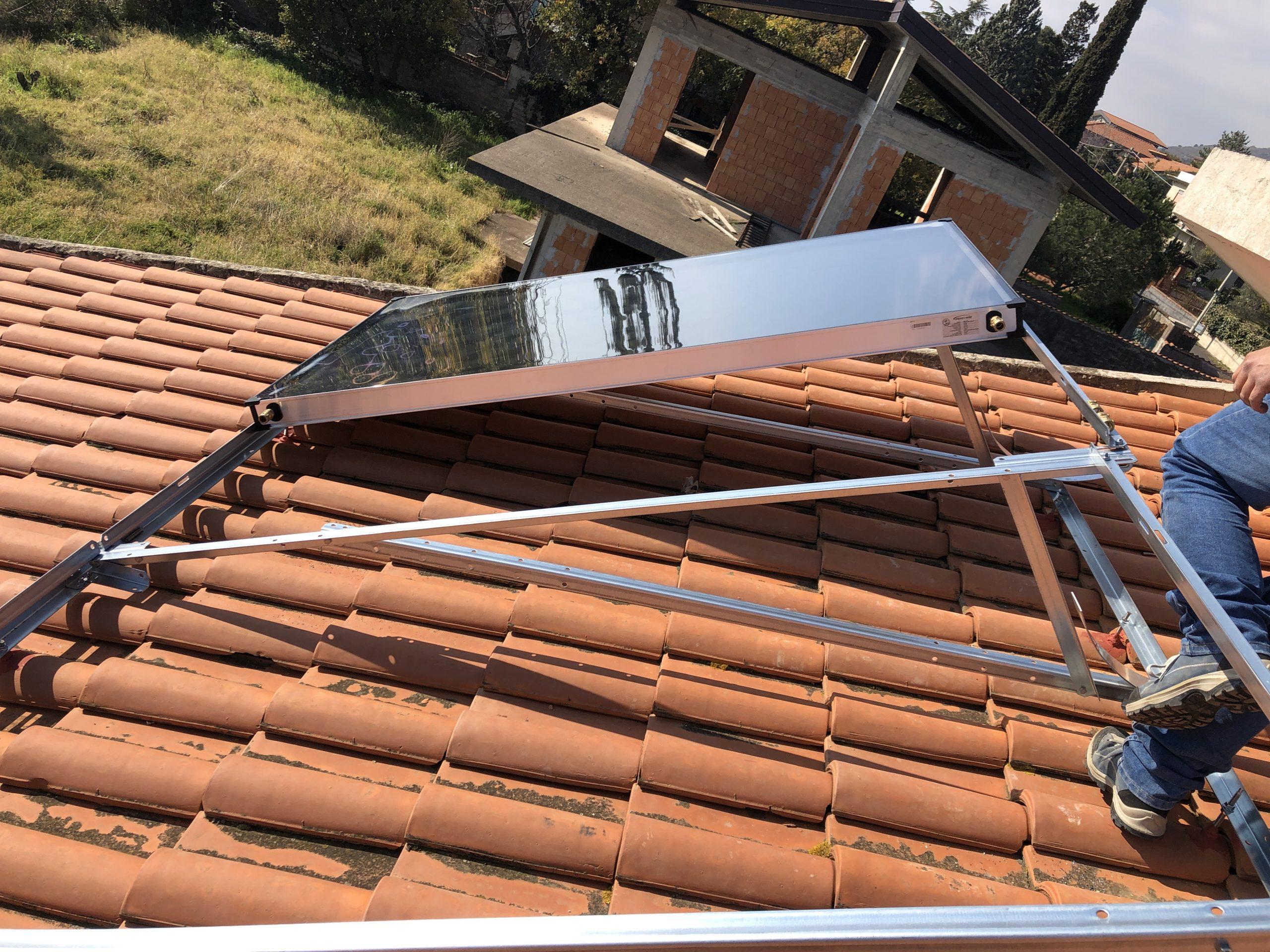 inizio installazione di un pannello solare sul tetto tegolato