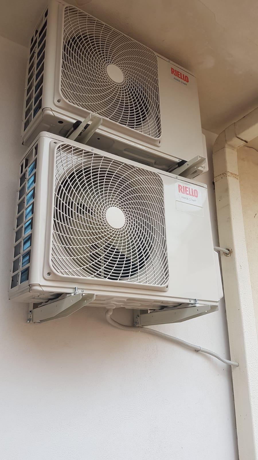 montaggio con staffa a facciata climatizzatori Riello