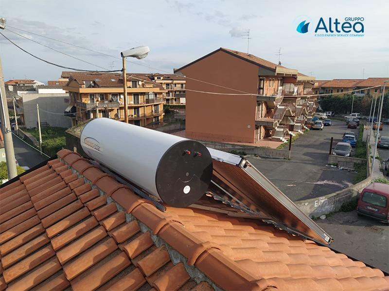 impianto solare termico foto laterale con boiler a vista
