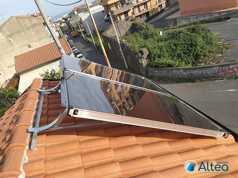 installazione in corso solare termico a tegole