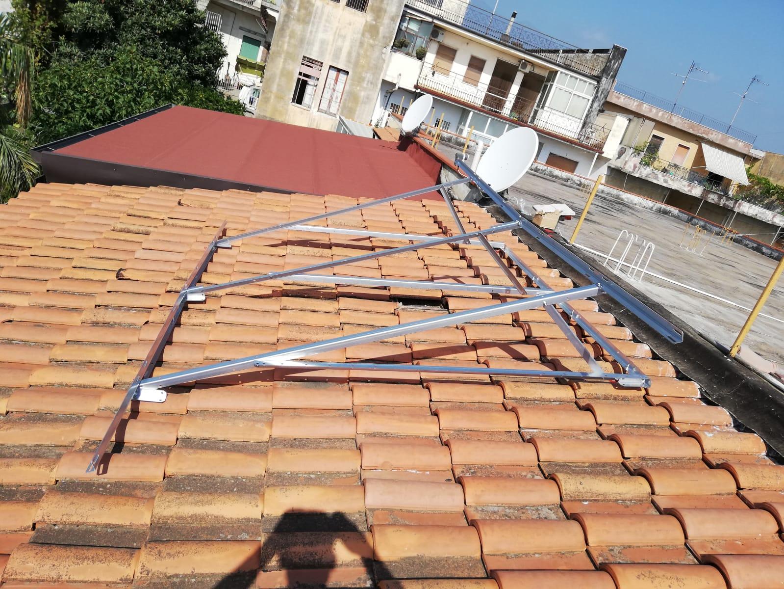 Struttura metallica installata su tegolato per solare termico a 3 pannelli