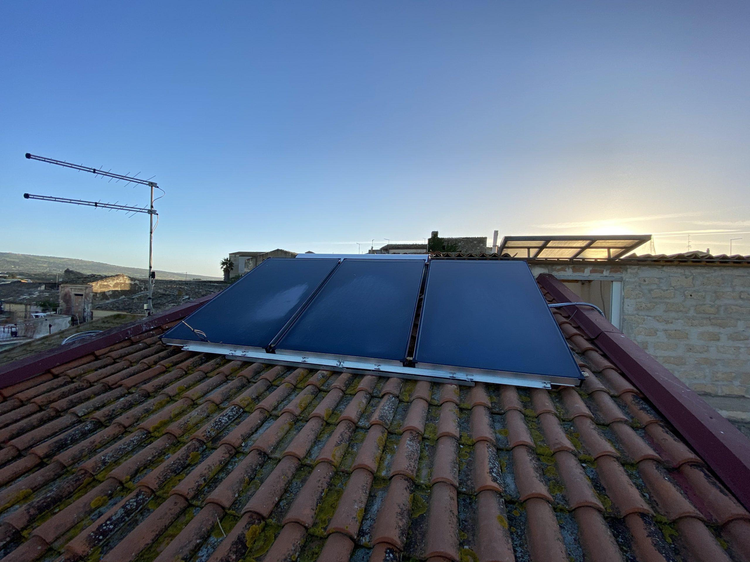 Installazione completa del solare termico a 3 pannelli con boiler da 320 lt per acqua calda sanitaria