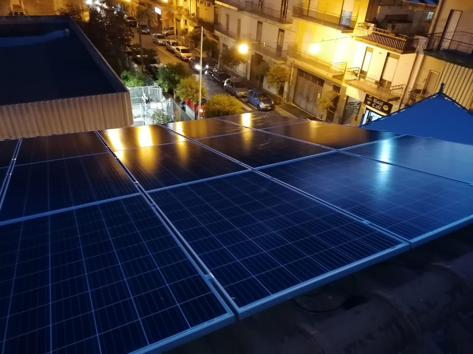 inquadratura dallalto del montaggio dellimpianto a 6kw del fotovoltaico