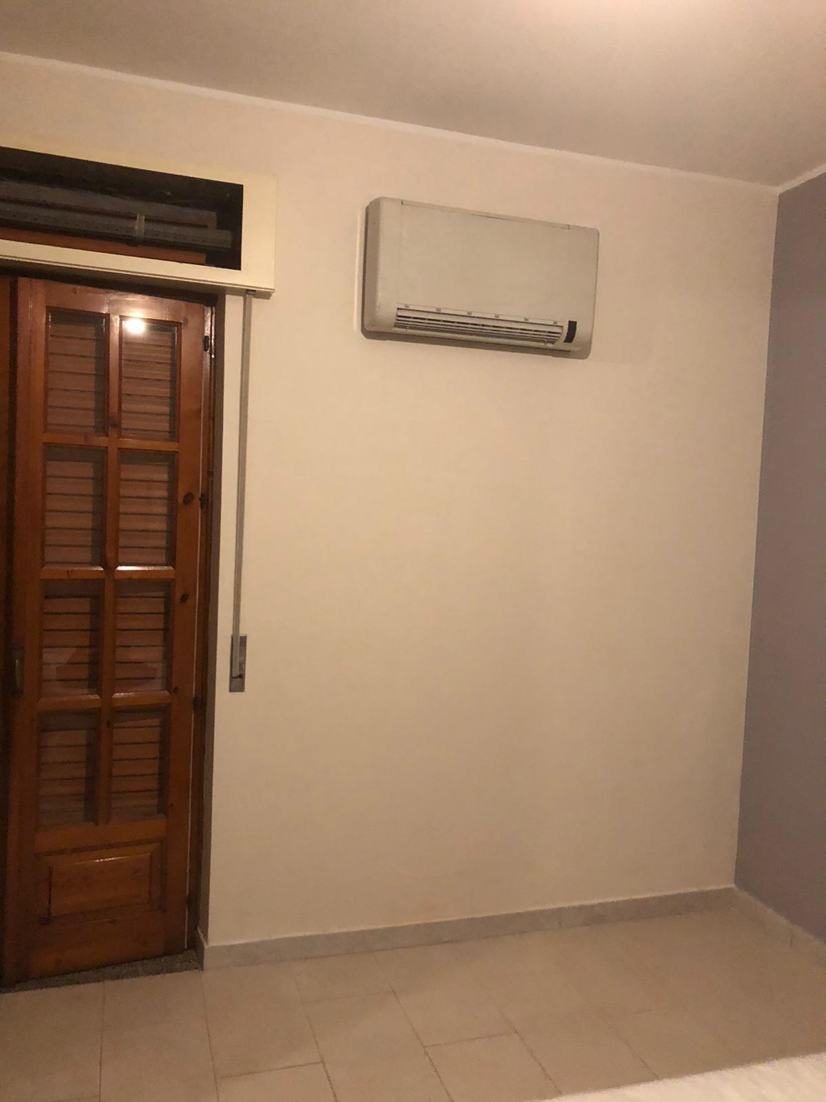 vecchio climatizzatore montato in una stanza