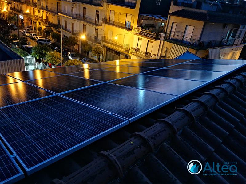 fotovoltaico con le luci della sera
