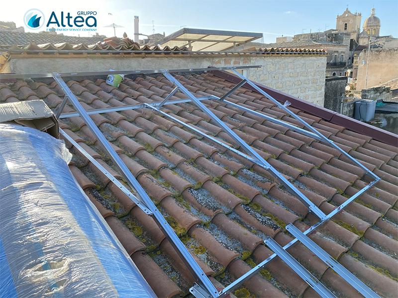 struttura metallica che regge l'impianto solare termico sul tetto a tegole